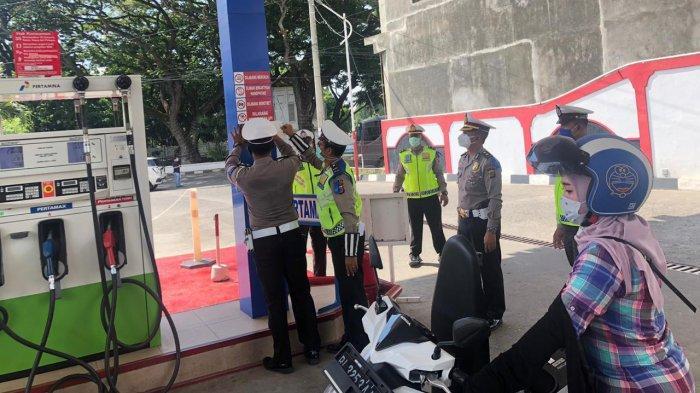 FOTO-FOTO Aksi Polisi Turun ke Warung-warung Kopi dan Tempat Keramaian untuk Lawan Virus Corona - ditlantas-polda-aceh-tempel-stiker-lawan-corona-3.jpg