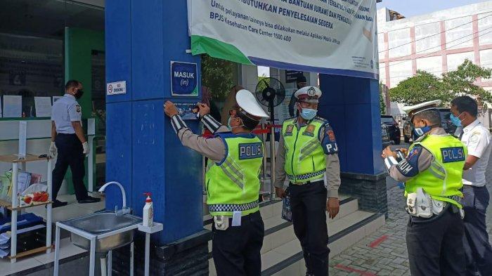 FOTO-FOTO Aksi Polisi Turun ke Warung-warung Kopi dan Tempat Keramaian untuk Lawan Virus Corona - ditlantas-polda-aceh-tempel-stiker-lawan-corona-4.jpg