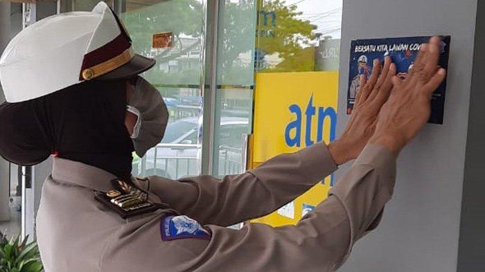 FOTO-FOTO Aksi Polisi Turun ke Warung-warung Kopi dan Tempat Keramaian untuk Lawan Virus Corona - ditlantas-polda-aceh-tempel-stiker-lawan-corona-5.jpg