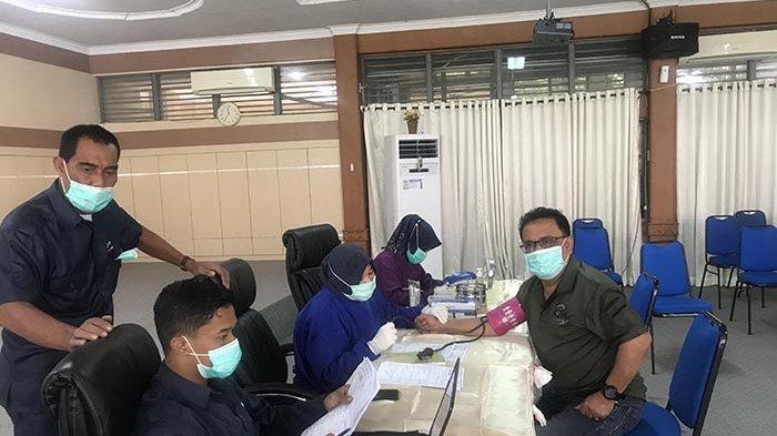 Ketua Forum PRB Aceh, Nasir Nurdin memeriksa kondisi kesehatan pada aksi donor darah BPBA, Kamis (21/1/2021).