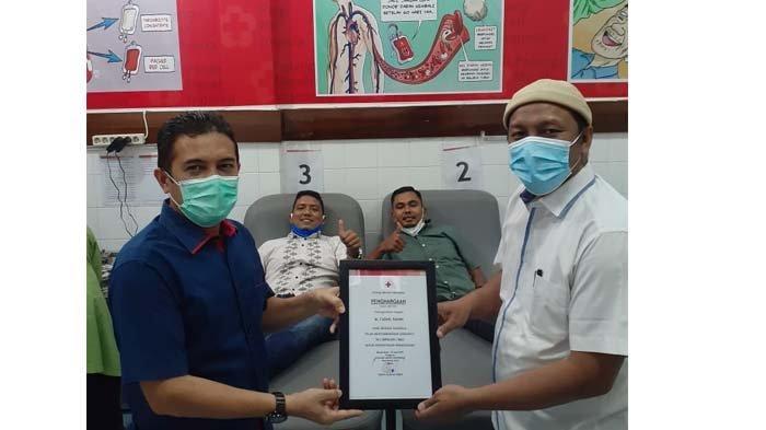 PMI Serahkan Piagam ke Senator Aceh