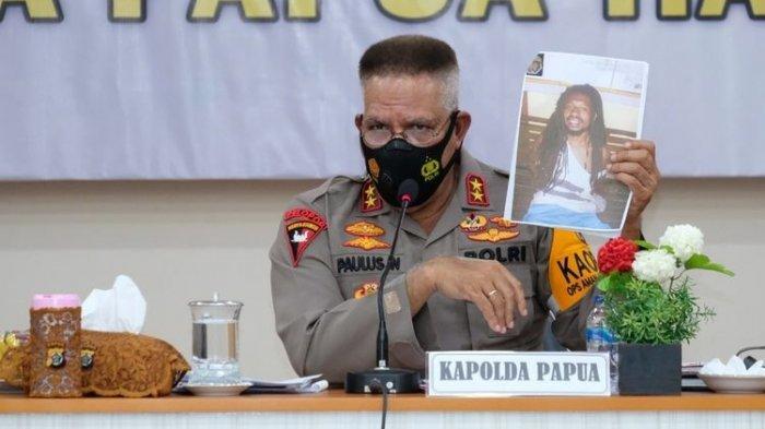 Irjen Paulus Waterpauw saat jadi Kapolda Papua menunjukkan foto MT, DPO pembelian Senpi dan amunisi, Jayapura, Selasa (5/1/2021) (Dok Humas Polda Papua). Kini ia jadi Kabaintelkam Polri dengan pangkat Komisaris Jenderal (Komjen)