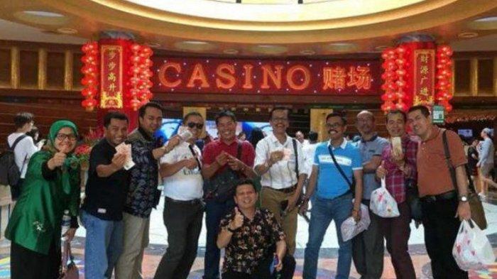 Viral, Foto Anggota DPRD Sumatera Barat Pegang Uang Dollar di Depan Kasino di Singapura