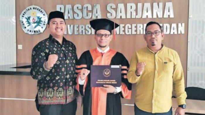 Ketua Komisi I DPRK Banda Aceh, Dr Musriadi SPd MPd, foto bersama Ketua Fraksi PKS DPRK Banda Aceh, Tuanku Muhammad MAg dan Staf Komisi I, Al Yunirun STrAk usai mengikuti sidang promosi doktor di Unimed, Sumatera Utara, Kamis (18/2/2021).