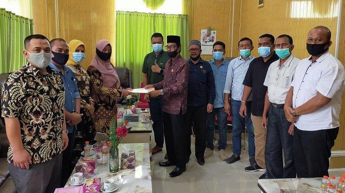KIP Aceh Timur Serahkan Draft Tahapan Pilkada ke DPRK