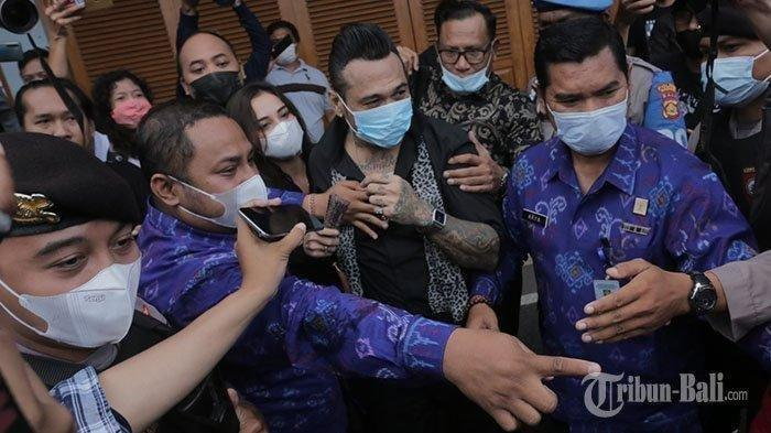 Drummer Superman Is Dead (SID) I Gede Ary Astina alias Jerinx ditemani istri keluar dari Lapas Kerobokan, Badung, Selasa 8 Juni 2021. (Tribun Bali/Rizal Fanany)