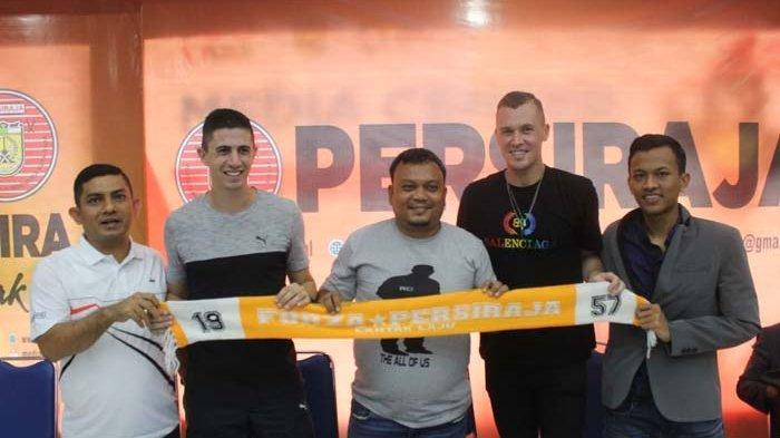 Dua pemain asing yang sudah menandatangani kontrak dengan Persiraja yaitu Bruno Dybal (dua kiri) dan Adam Thomas Mitter (dua kanan), diperkenalkan dalam konferensi pers di Stadion Harapan Bangsa, Lhong Raya, Banda Aceh, Rabu (29/1/2020) sore.