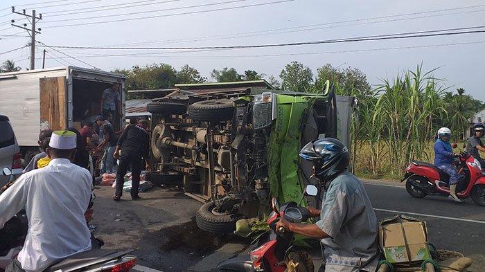 Dua Truk Bertabrakan di Bireuen, Hino Terbalik Melintangi Jalan, Mitsubishi Masuk Parit
