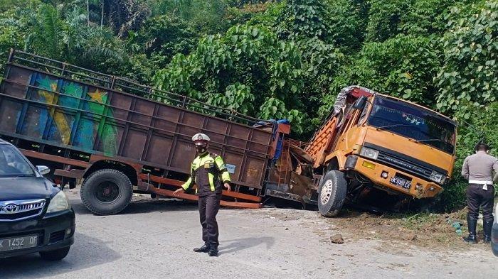 Rem Blong, Truk Fuso Tabrakan di Turunan Lae Kombih Subulussalam