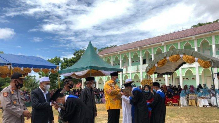 Wisuda Santri Dayah Perbatasan, Bupati Aceh Singkil: Beasiswa Santri Terus Ditingkatkan