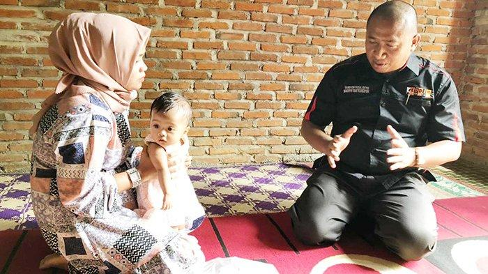 Direktur Eddie Foundation DR Teuku Eddy Faisal Rusydi berkunjung ke Rumah Aqila Humaira, bocah bocor jantung di Desa Pante Rabup, Jangka, Bireuen. Kamis (21/1/2021).