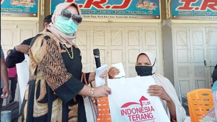 Hj Rizayati Bagikan 1.000 Paket Daging Meugang dan Beras untuk Warga Miskin