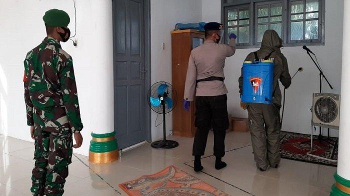Brimob dan TNI Semprot Disinfektan di TPI dan Masjid