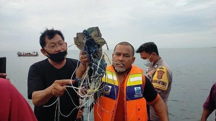 im Basarnas menemukan puing pesawat Sriwijaya Air SJ 182 rute Jakarta-Pontianak yang hilang kontak pada Sabtu (9/1/2021) sore.