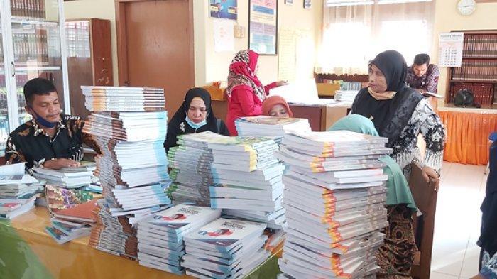 Tim Dinas Pendidikan Pidie Cek Kecukupan Buku Cetak di SMP, Ada Laporan Pelajar Kongsi Buku