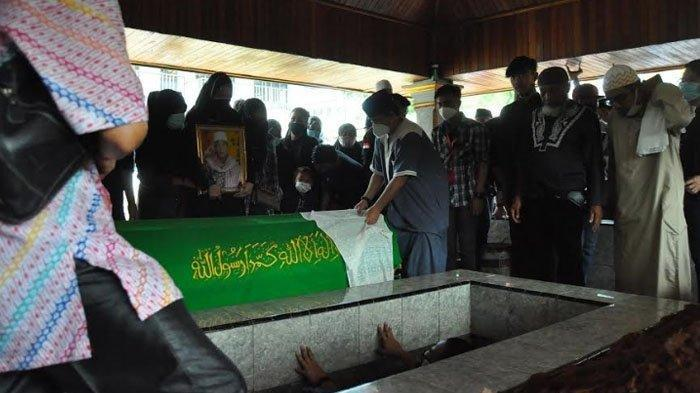 Isak Tangis Keluarga Pecah & Suasana Haru Warnai saat Jenazah Anton Medan Dimasukkan ke Liang Lahat