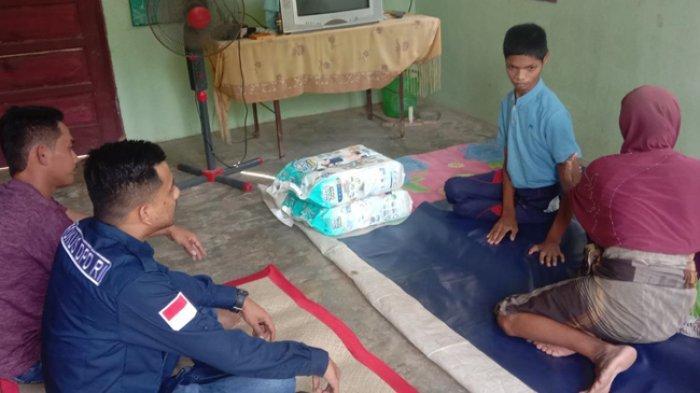 Haji Uma Kirim Bantuan Untuk Seorang Pemuda Cacat di Aceh Utara yang Masih Gunakan Pampers
