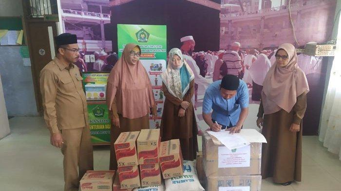 MAS Terpencil di Simpang Jernih Terima Bantuan Buku dan Sembako dari Kemenag Aceh Timur