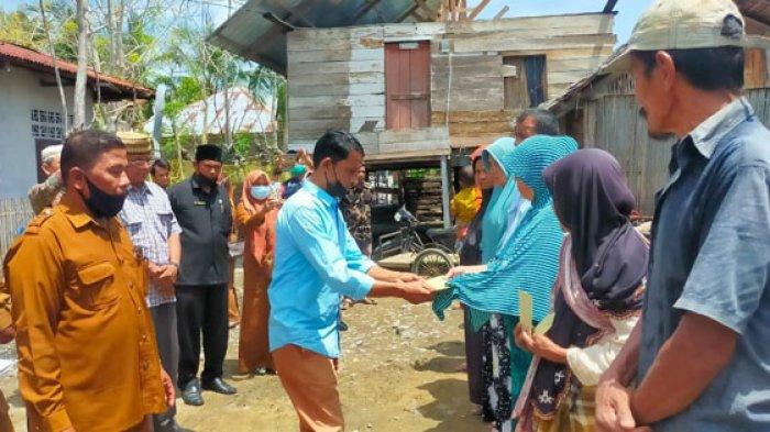 11 Korban Rumah Rusak Akibat Puting Beliung di Pidie Dapat Bantuan Baitul Mal Aceh, Ini Nama-namanya