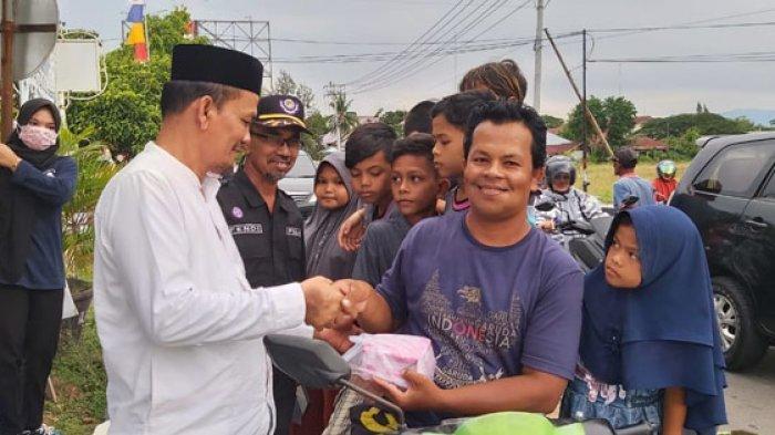 Pramuka Pidie Bagi-bagi Takzil, 500 Paket untuk Pengendara Jalan
