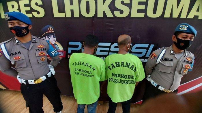 Dua pria berinisial M (47) dan MN (51) yang keduanya merupakan Aceh Timur, ditangkap di Lhokseumawe, karena membawa sabu, Rabu (12/5/2021). SERAMBINEWS.COM/ZAKI MUBARAK