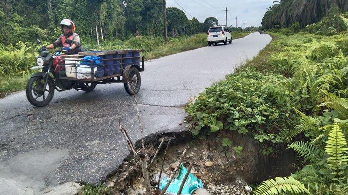 Jalan Provinsi di Kawasan Kampung Baru, Singkil Utara Berlubang