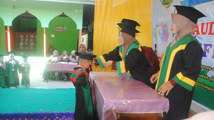 40 Lulusan PAUD dan TK Maghfiratul Muhyi Madrasah Ibtidaiyah Al Furqan di Musa, Pidie Jaya Diwisuda