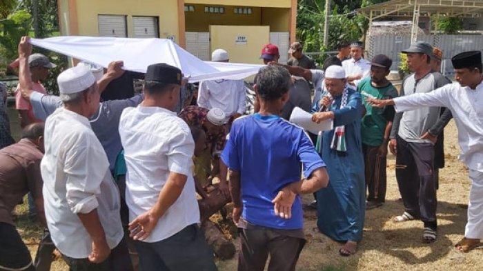 Proses penyembelihan hewan kurban di Masjid Baitul Ma'wa Gampong Pantee Lhok Kaju, Kecamatan Indra Jaya, Pidie, Selasa (20/7/2021).