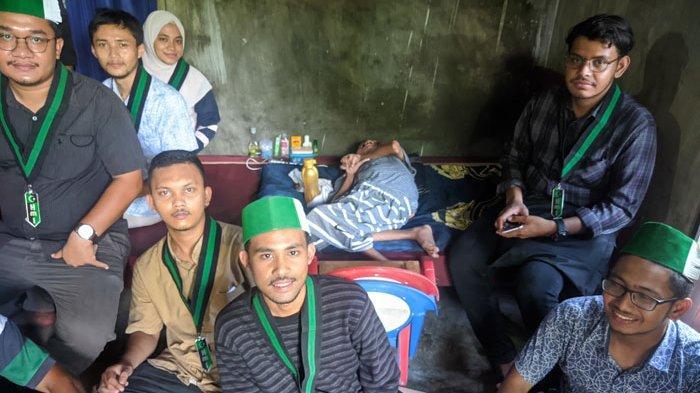 Prihatin, Ramadhan Lumpuh Sejak Lahir, Kader HMI Kunjungi dan Semangati Pria Lumpuh di Aceh Utara
