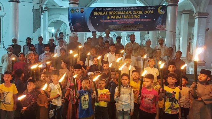 Cegah Corona, Muspika Plus Warga Indra Jaya Pawai Obor Serentak Sambil Lantunkan Doa Tolak Bala