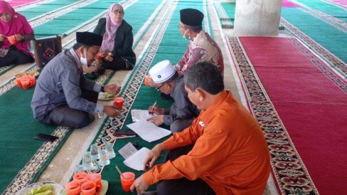 Rombongan Ditjen Binmas Islam disuguhkan kanji di Masjid Baitul Ma'wa Gampong Pante Lhok Kaju, Pidie, Jumat (24/9/2021).