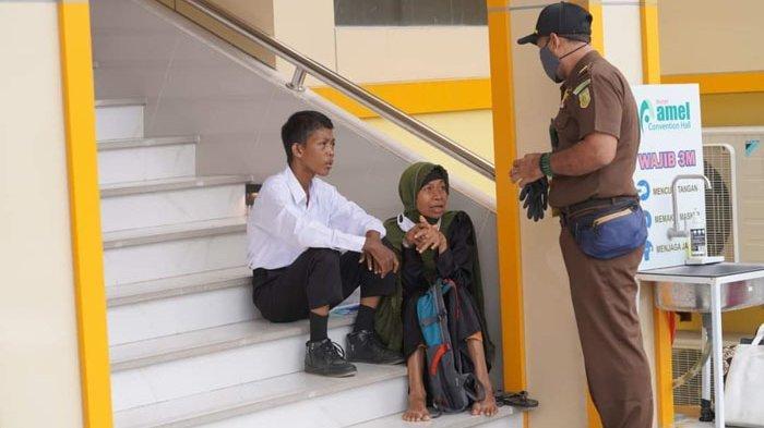 Seorang Ibu dari Aceh Barat Antar & Tunggu Anaknya Tes CPNS Kejaksaan RI, Perjuangannya Bikin Haru