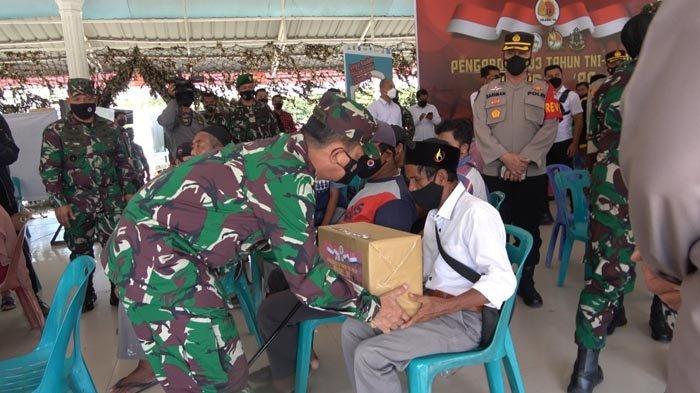 Tinjau Vaksinasi dan Bakti Sosial AKABRI 89, Pangdam IM dan Kapolda Aceh Salurkan Bantuan