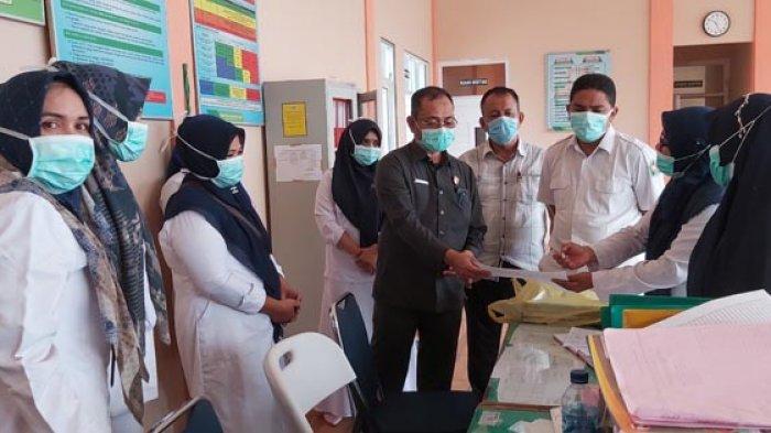 Sekda Pidie, H Idhami SSos Msi berbincang dengan petugas medis di Ruang Jiwa, RSUD Tgk Chik Ditiro Sigli, Rabu (13/1/2021).