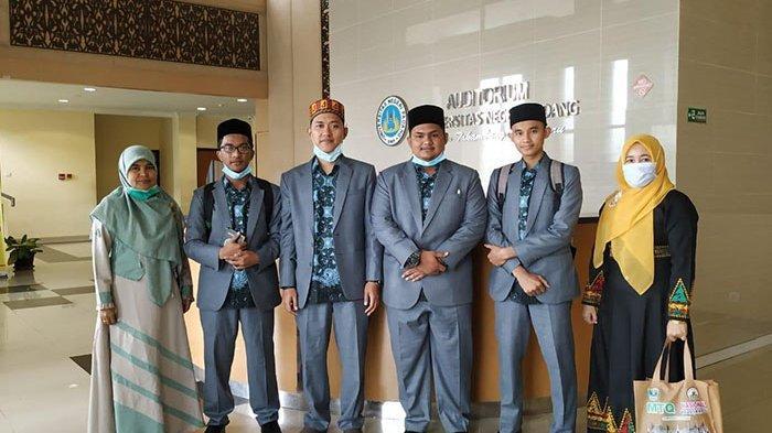 Fitriana (ofisial/paling kiri) bersama istri Kepala Dinas Syariat Islam Aceh, Marliana (paling kanan)  mendampingi tim fahmil Quran putra Aceh, dari kiri ke kanan, Muammar, Ustaz Feri Adriansyah (pelatih), Iban Nazza Al-Karimi, dan Ahlul Ramadhana menjelang lomba di Auditorium UNP 1 Padang, Selasa (17/11/2020) pagi.