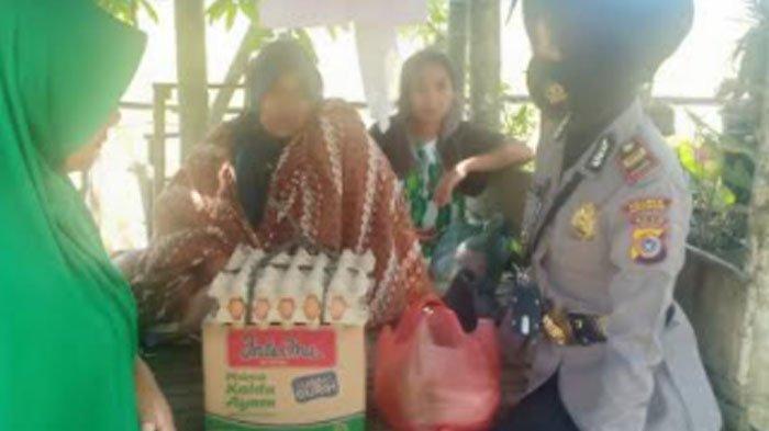 Polsek Syamtalira Bayu Serahkan Bantuan Sembako untuk Korban Kebakaran Rumah
