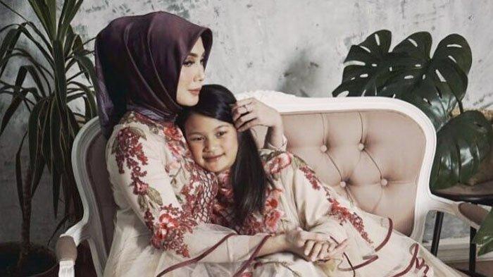 Pasca Fenita Hengkang dari Program Infotainment, Kini Istri Arie Untung Mulai Tampil Berhijab!
