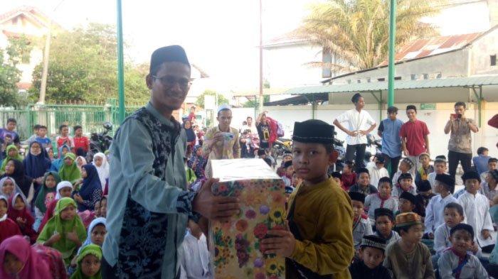 Panitia Pelaksana Kegiatan Edy Iswandy ZA S Sos I selaku Direktur TPA Hidayatul Ulum menyerahkan hadiah doorprize kepada peserta.