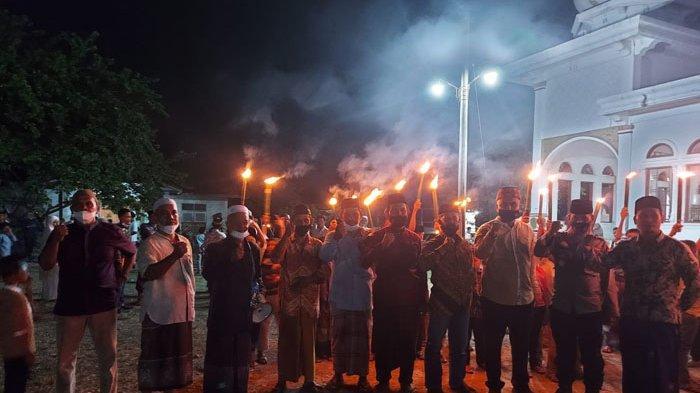 Foto bersama menggelar pawai obor menolak bala dan penyakit di Kecamatan Indra Jaya, Pidie, Rabu (15/9/2021).