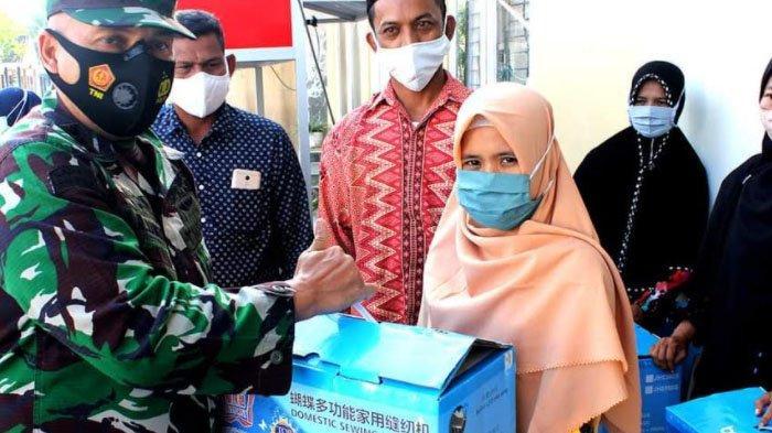 Dandim 0101/BS Serahkan Bantuan 106 Unit Mesin Jahit kepada Masyarakat