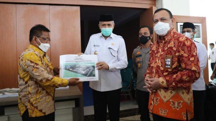 Gubernur Aceh, Nova Iriansyah menerima master plan dan DED Gedung Banda Aceh Madani Education Center (BMEC) dari Wali Kota Banda Aceh, Aminullah Usman yang disaksikan oleh Ketua KPK, Firli Bahuri dan Wakapolda Aceh, Brigjen Pol Raden Purwadi usai meninjau gedung itu, Jumat (26/3/21).