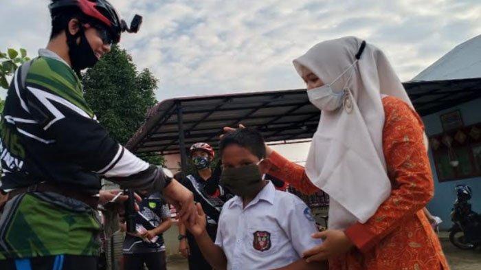 Sambil Gowes, Dandim Aceh Utara Bagi-bagi Masker Gratis di Sekolah