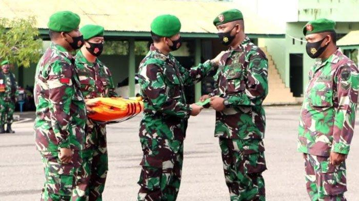 Dandim 0104/Aceh Timur Letkol Czi Hasanul Arifin Siregar SSos MTr (Han), memberi penghargaan (reward) kepada Babinsa Sertu Eko Purwanto.
