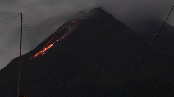 Foto Aktivitas Vulkanik Gunung Merapi Yogyakarta, Lava Mengalir Turun dari Kawah