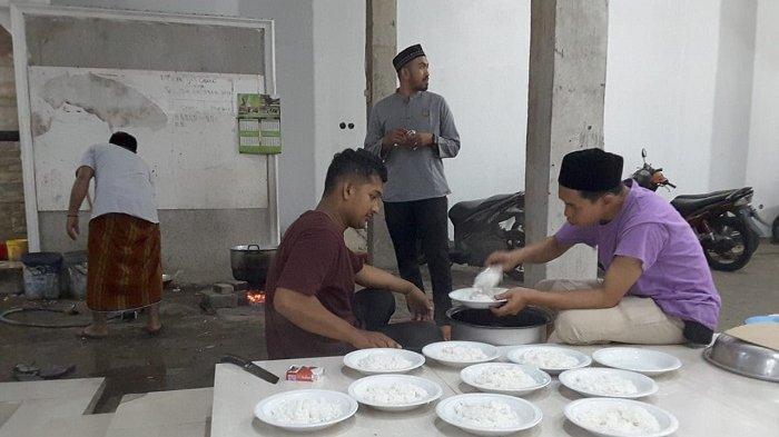 Nah, Bebek Masak Aceh Jadi Hidangan Sahur di Masjid Aceh Darussalam Cikupa Banten