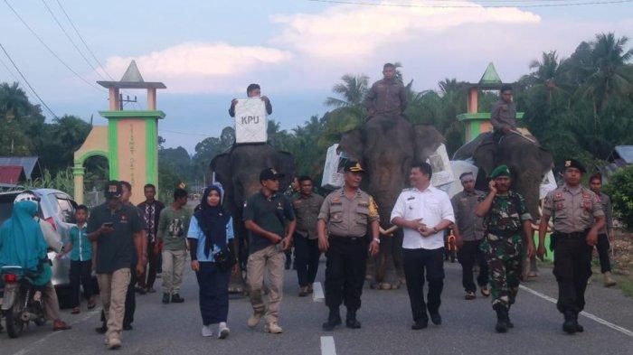 Muspika kecamatan Trumon Tengah, bersama PPK dan Panwas Kecamatan Trumon Tengah mengantar logistik ke TPS di Gampong Naca, Kecamatan Trumon Timur, Kabupaten Aceh Selatan, dengan menggunakan tiga gajah, Rabu (16/4/2019).