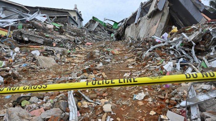 FOTO - Kondisi Kerusakan Akibat Gempa 6,2 SR di Sulawesi, Korban Meninggal Mencapai 56 Orang - garis-polisi-dipasang-di-gedung-yang-rusak.jpg