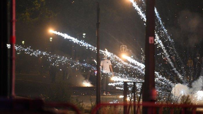 FOTO - Kerusuhan Suporter PSG, Bakar Mobil Hingga Tembakan Gas Air Mata Pasca-Final Liga Champions - gas-air-mata-ditembakkan.jpg