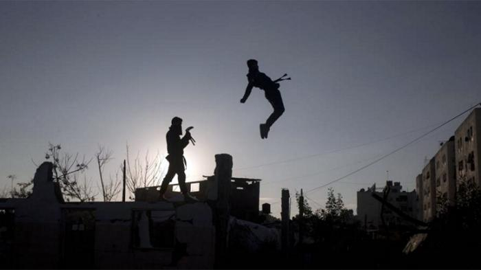 Pemuda Palestina anggota kelompok seni bela diri, unjuk kebolehan ala ninja di reruntuhan rumah yang hancur dalam perang antara Israel dan militan Hamas pada 2014 lalu, di Beit Hanoun, bagian utara Jalur Gaza, 11 Februari 2016.
