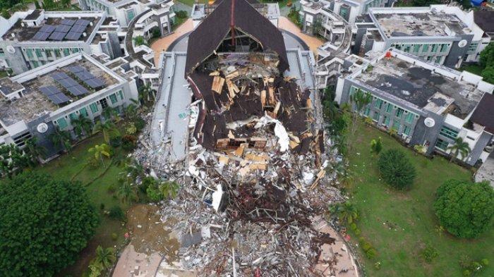 FOTO - Kondisi Kerusakan Akibat Gempa 6,2 SR di Sulawesi, Korban Meninggal Mencapai 56 Orang - gedung-kantor-gubernur-rusak-akibat-gempa-62-sr-di-mamuju.jpg